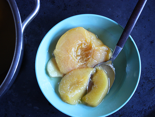 Poached peaches with gingert
