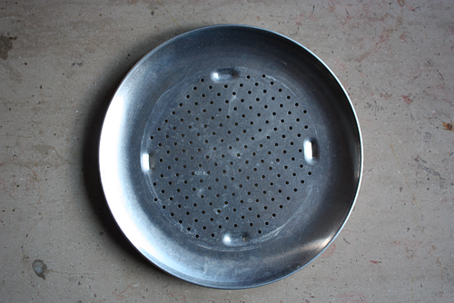 Pizza pan for steaming