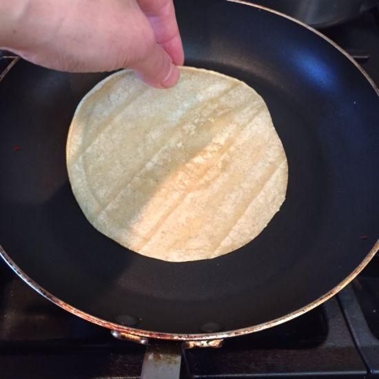 Banh-taco-warming-tortilla